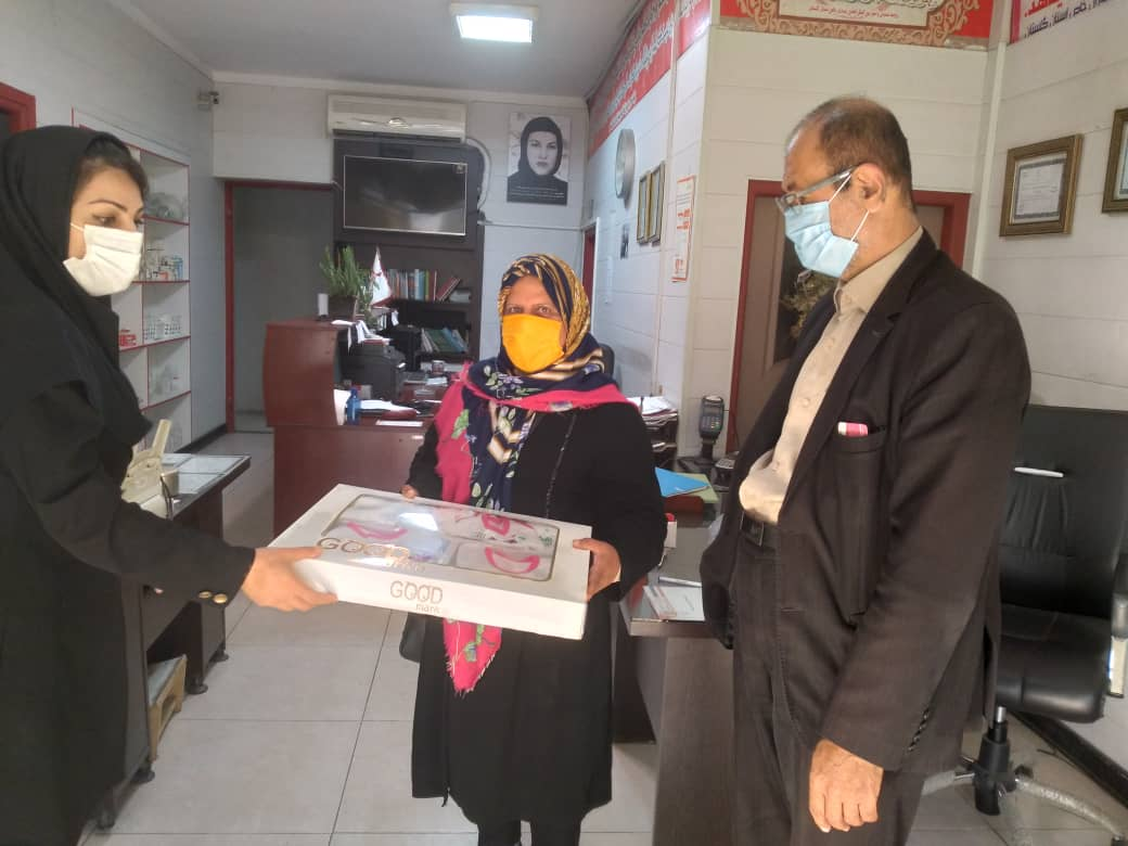 اهدا سیسمونی کودک به بیمار توسط خیر محترم موسسه نیکوکاری راضیه فرزادوانجمن بیماران خاص وسرطانی